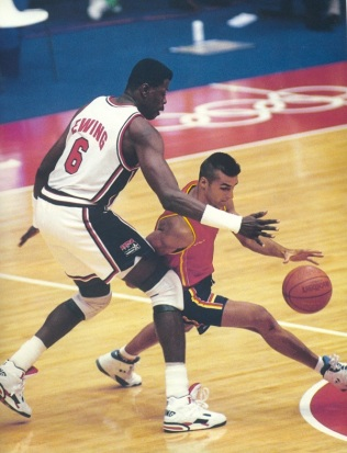 Driblando a Pat Ewing Barcelona 92